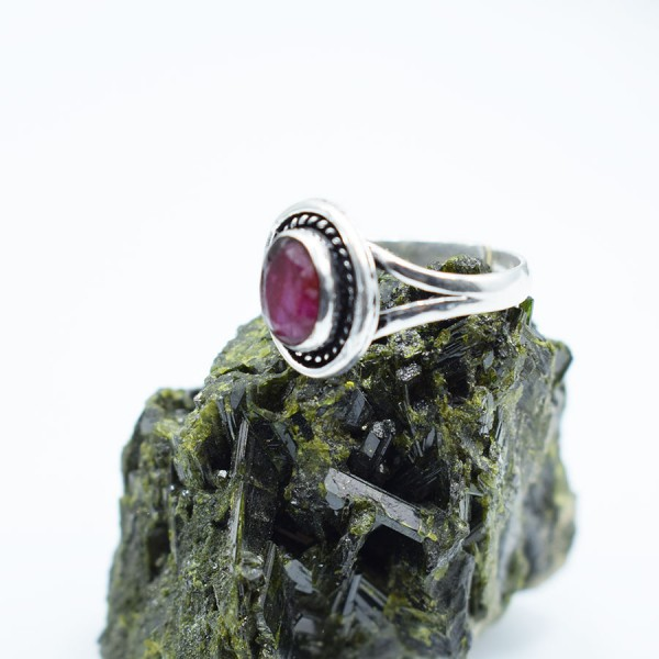 Ring White Metal Ruby Oval